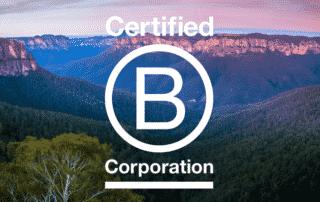 Logo BCorp sur un fond de paysage de montage
