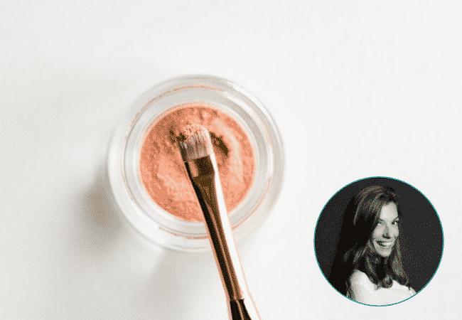 Photo d'un pinceau et de poudre pour les paumettes et médaillon Marguerite