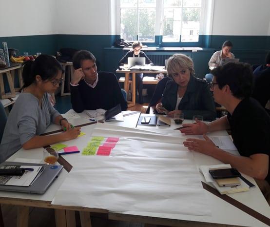 Photo de 4 personnes autour d'un workshop