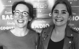 Une photo de Marion et Céline Crosnier souriantes, en noir et blanc