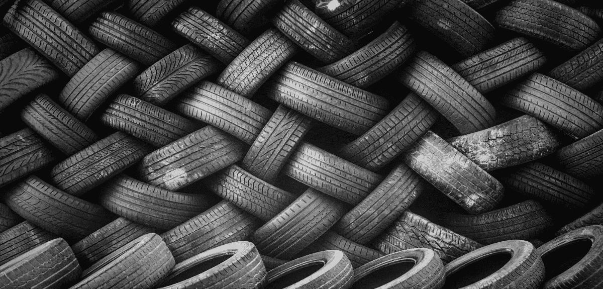 scène de pneus empilés